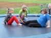 Kinder beim Trampolin springen auf unseren Outdoorspielplatz